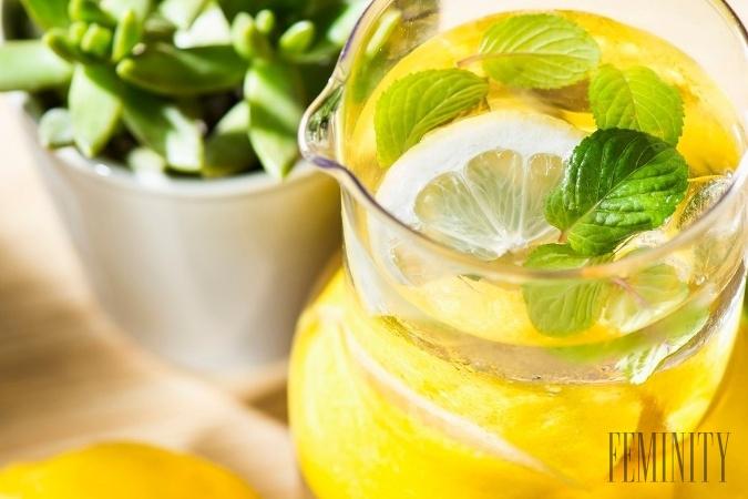 Žena pila denne vodu s citrónom nalačno: Pozrite sa, čo to urobilo s jej vnútornými orgánmi