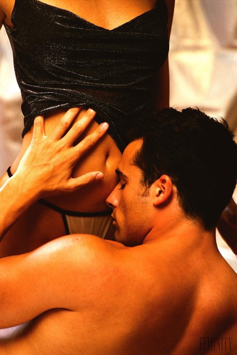 жаркий поцелуй мужчины между ног фото - 5