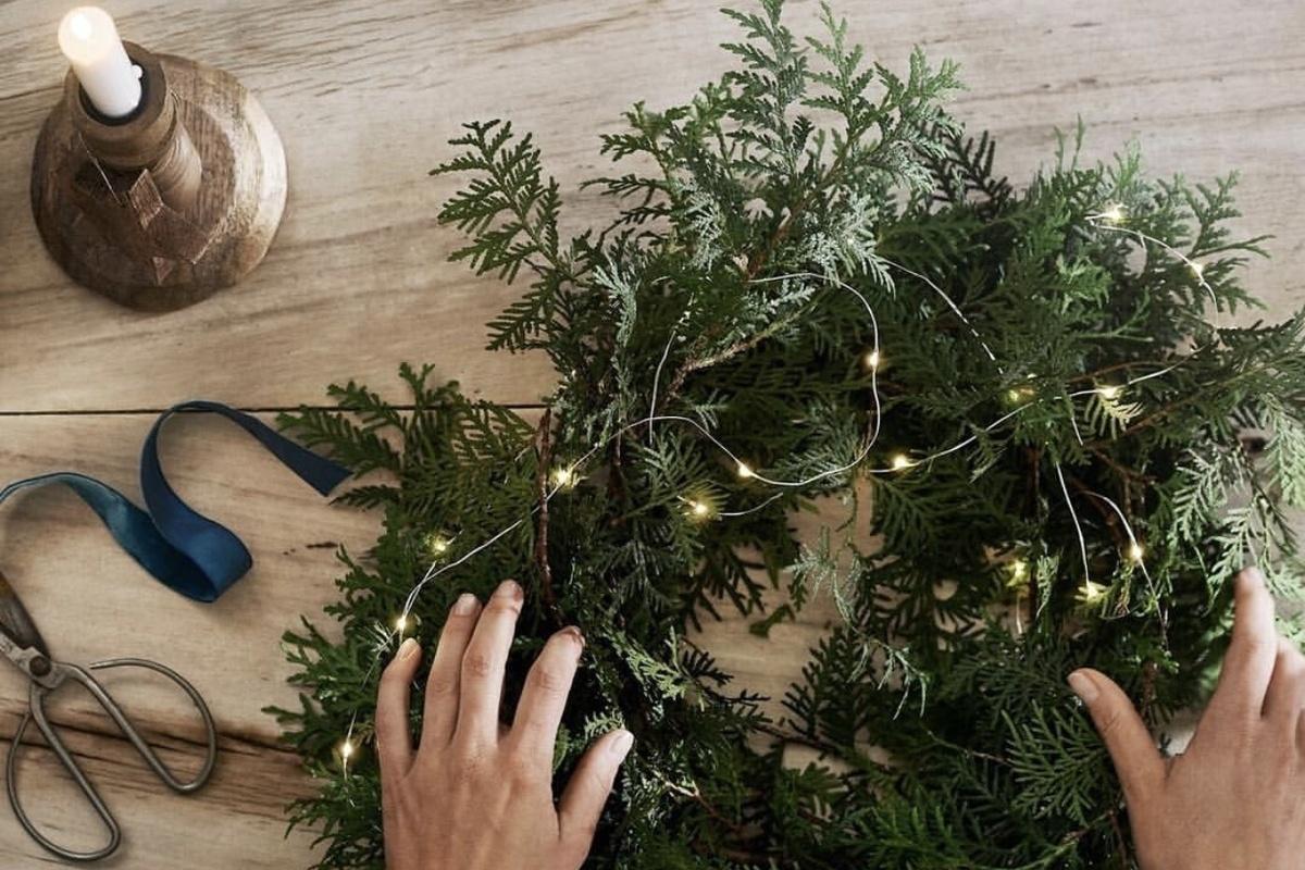 eea86a24b VIDEO: Vyrobte si vianočný veniec na vchodové dvere: S našimi radami budete  mať naozaj štýlovú a chic výzdobu   Feminity.sk