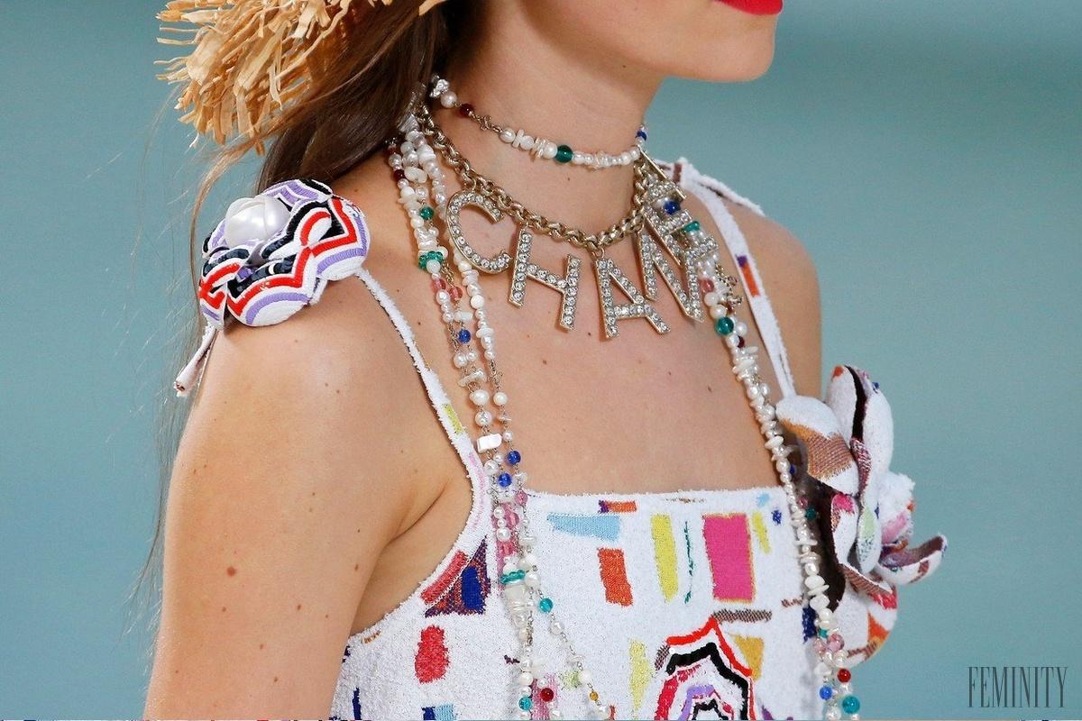 a19c0d941 Hravé šperky, ktoré oživia váš look: Späť sú výrazné náušnice a očistiť  môžete aj perly po babičke | Feminity.sk