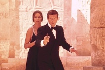 Roger Moore ako James Bond a Barbara Bach ako Major Anya Amasova