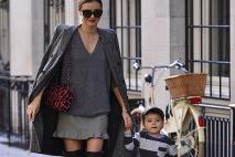 ffda62e98f ... Miranda Kerr má zmysel pre nadčasovú módu · Alessandra Ambrosio  skombinovala čižmy s takýmto extravagantnejším outfitom ...