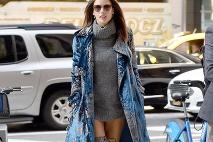 9bb5a0f369 ... nadčasovú módu · Alessandra Ambrosio skombinovala čižmy s takýmto  extravagantnejším outfitom ...