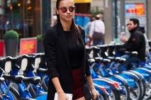 a906851827 Inšpirácia ako nosiť čižmy počas tohto obdobia · Adriana Lima v uliciach  metropoly pútala pozornosť ...