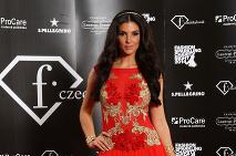 ... Modelka a moderátorka Soňa Skoncová v červenozlatej róbe z dielne Jany  Pištejovej ... 64a698bf9a9