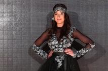9d2ba0525c99 Inšpirujte sa radami slovenských návrhárov a buďte trendy aj v plesových  šatách · Čierne rafinované šaty s doplnkom v podobe čelenky ...