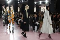 e15b9c58ee ... topánky stanú šperkom · Módna prehliadka luxusného parížskeho domu Dior  ready-to-wear jeseň zima 2015  ...