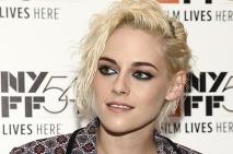 ... platinovú blond  Holywoodska hviezda Kristen Steward zvolila rebelsky  look ... 2d34bb9ed78