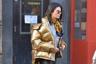 Páperové bundy ako základ zimného šatníka: Ako ich nosiť a vyzerať šik?