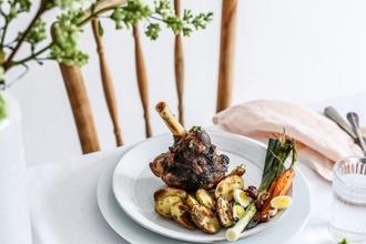 Slávnostný veľkonočný obed inak: Jahňa s glazovanou mrkvou a pórom