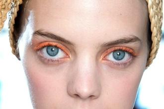 Farebné očné linky ako svieža obmena klasiky: Odštartujte leto s jedinečným lookom