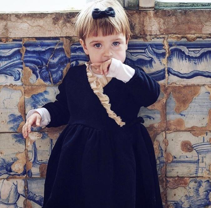 Malá Emilka vyzerá ako