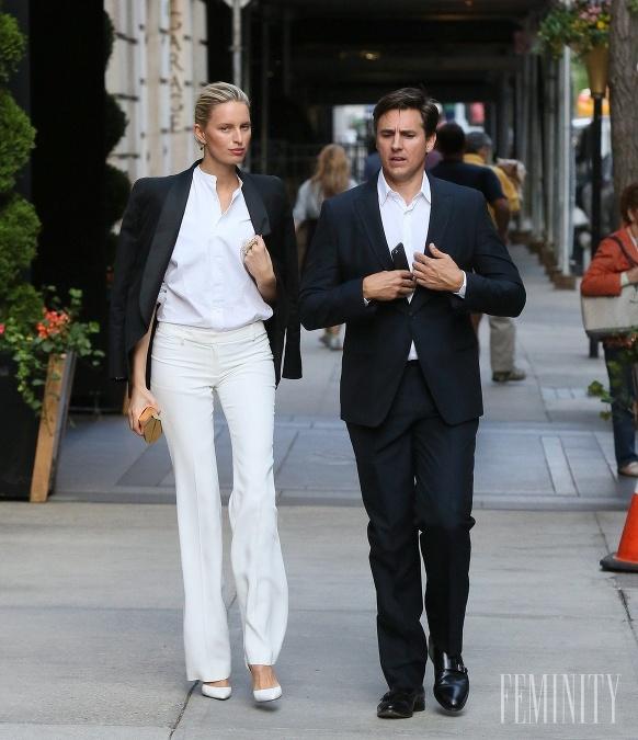Biele nohavice s rozšíreným