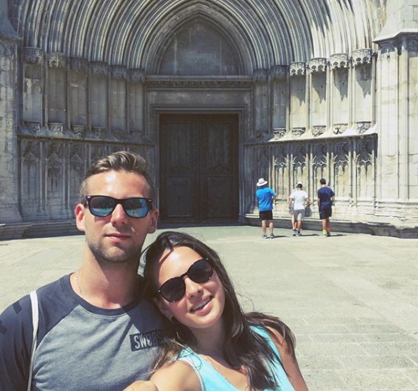 So svojím manželom cestuje