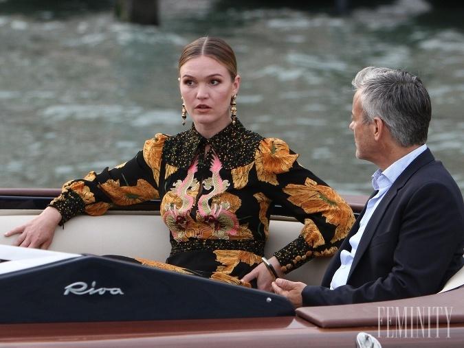 Riviera sleduje Juliu Stiles ako Georginu Clios, ktorej život sa obráti naruby po smrti jej miliardárskeho manžela.