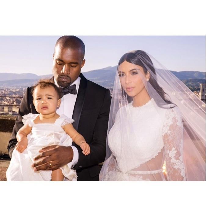 V roku 2014 bola tiež svadba kontroverznej hviezdy Kim Kardashian a rapera Kanye Westa