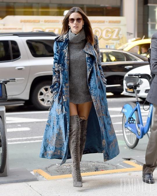 763431f9e1 Alessandra Ambrosio skombinovala čižmy s takýmto extravagantnejším outfitom