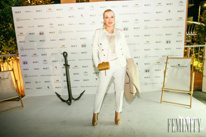 bfa41878542e Riaditeľka módnej televízie Fashion TV Gabriela Drobová si na túto príležitosť  obliekla biely nohavicový kostým a