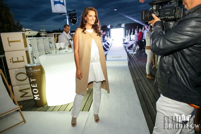 94232faf19c4 Miss Slovensko 2009 Barbora Franeková oživila biely outfit minimalistickou  vestou v odtieni camel