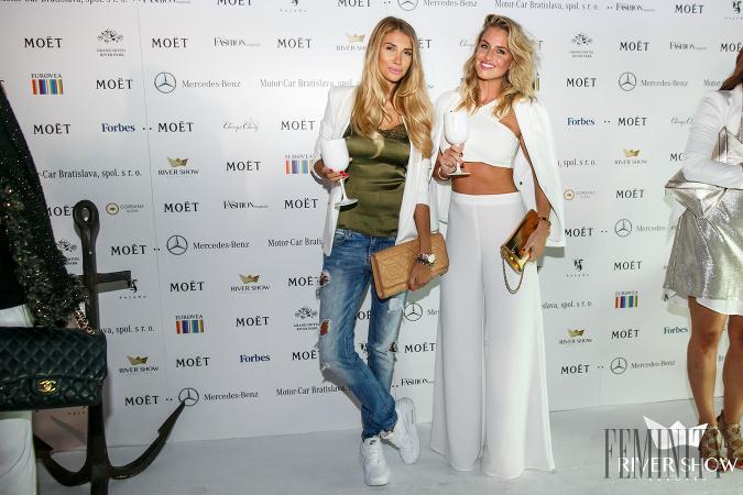 a27ff0e397af Modelka Romana Škamlová predviedla vypracované bruško v dlhých zvoncových  nohaviciach a krátkom tope