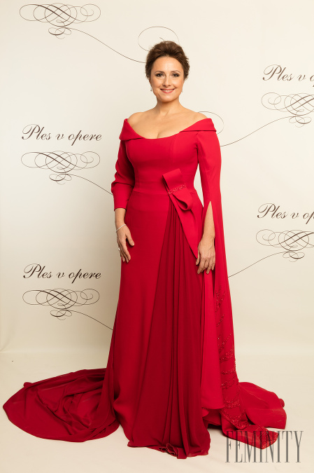 e725e4dd83c5 Zuzana Mauréry v červenej róbe mala tú česť moderovať 17.ročník  dobročinného Plesu v opere