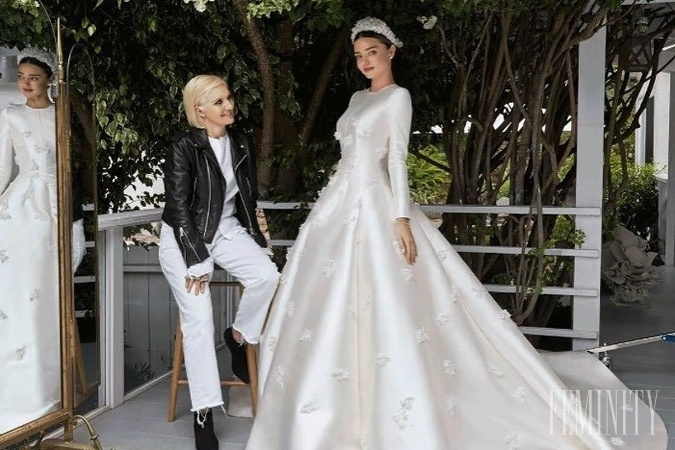 dba04eddbd39 Miranda Kerr kráčala k oltáru v róbe s dlhým rukávom od módneho domu Dior