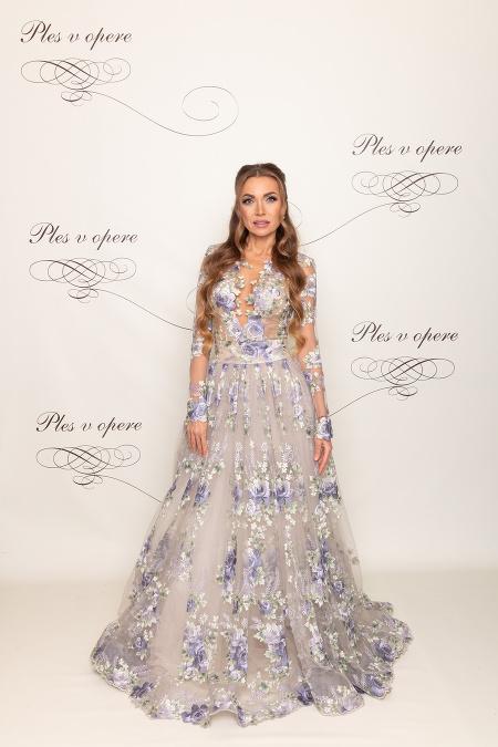 488303b272c5 Módna návrhárka Jana Pištejová v nádherných kvetovaných šatách zo svojej  kolekcie