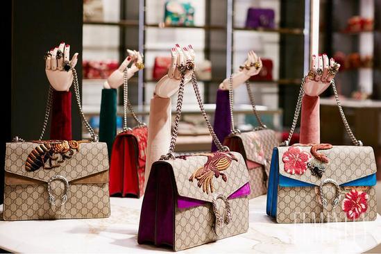 ffbcc6e3cb Ikonická kabelka Gucci Dionysus nadekorovaná priamo v jednom z butikov