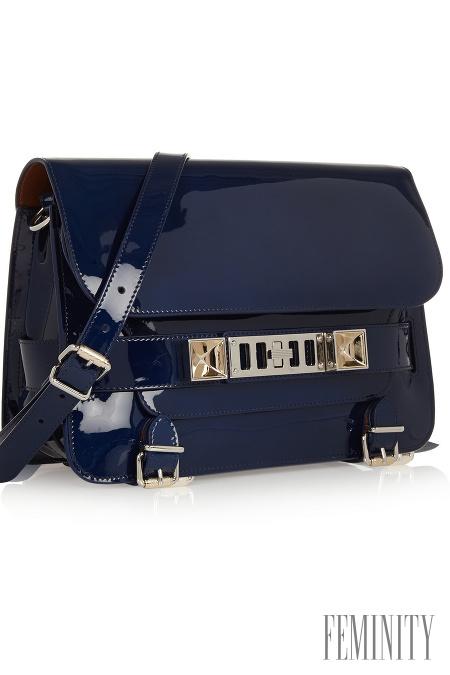 Spojenie matného a lesklého materiálu tón v tóne vyzerá naozaj luxusne aj v  modrej 1e25aaff540