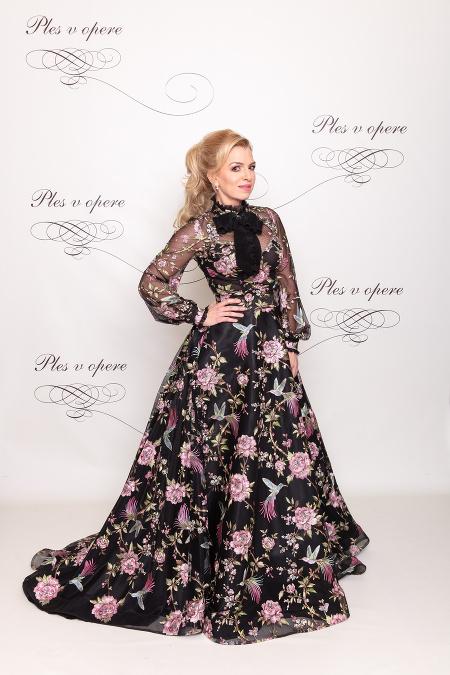 44af4d3185c3 Moderátorka Zlatica Puškárová patrí k stáliciam tohto dobročinného plesu a  rovnako verná je aj návrhárke