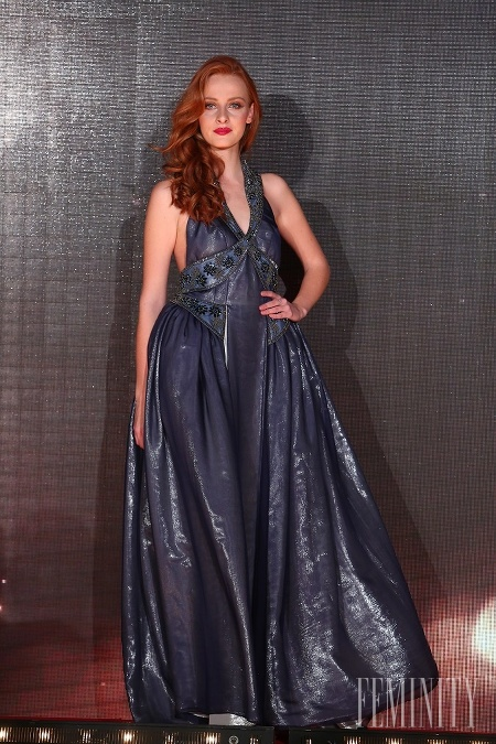 b33529bd4d34 Tmavomodré šaty s odhalenými ramenami sú skvelou inšpiráciou na plesovú  sezónu