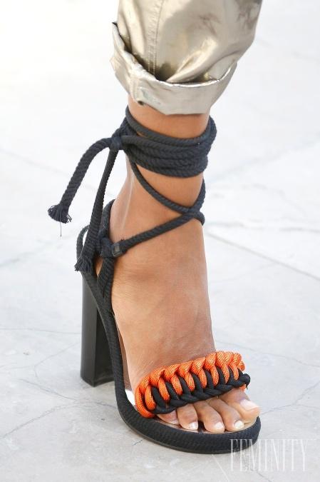 Sexi čierne sandále s oranžovou aplikáciou pôsobia neprehliadnuteľne 78289c96fe3