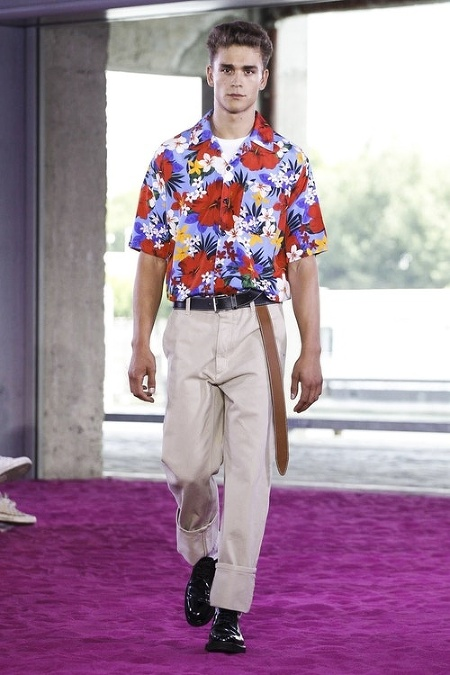 5b25ab1eee54 Prehliadkové móla známych návrhárov sa zmenili na Havajské pláže a medzi  dominantné prvky patrili práve nápadité