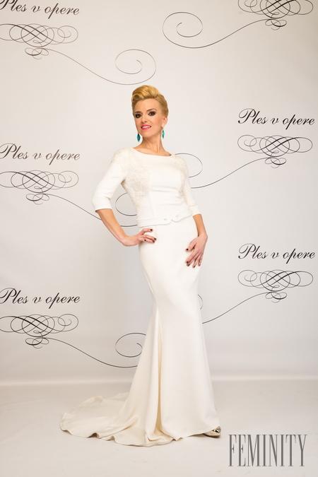 f7637ae5b4e5 Moderátorka Zlatica Puškárová zažiarila v jednoduchej bielej róbe od módnej  návrhárky Jany Pištejovej