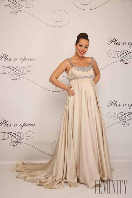 a1c6eadbfd5b Operná speváčka Adriana Kučerová v saténovej krémovej róbe so striebornými  aplikáciami namiesto šperku