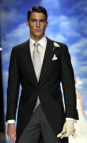Svadobný oblek so striebornou kravatou a vestou 27d54b1278e