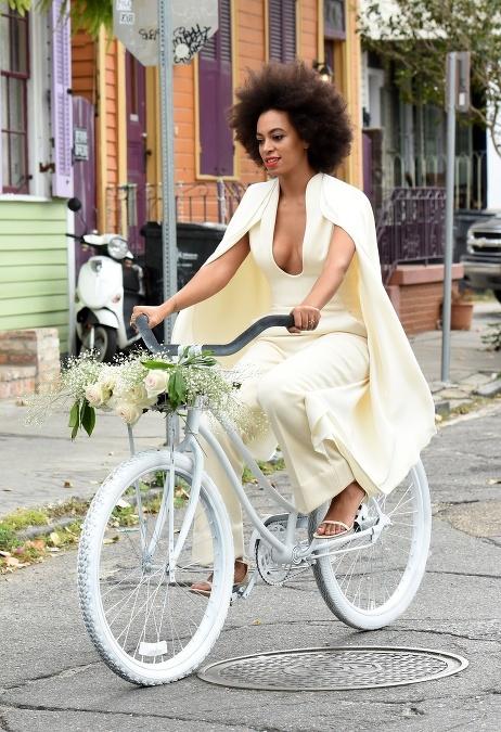 36e145384b6f Exotická kráska si namiesto šiat obliekla smotanový overal v rafinovanom  strihu
