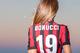 Miluje futbal a dáva to najavo: Laura Bragato svojimi sexi fotkami v dresoch hráčov zvodne provokuje